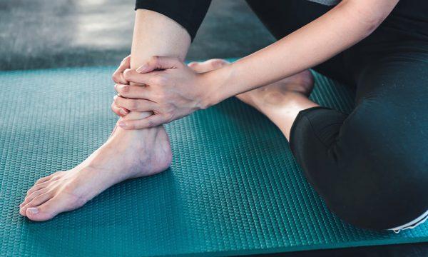 Vuani nga dhimbjet e këmbëve? Ja vitamina më e mirë që i lufton ato
