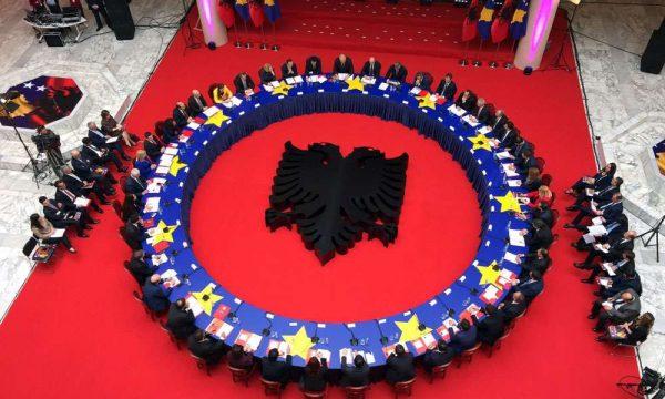 Shtyhet mbledhja e përbashkët e qeverive Kosovë – Shqipëri, Hoti tregon datën e re