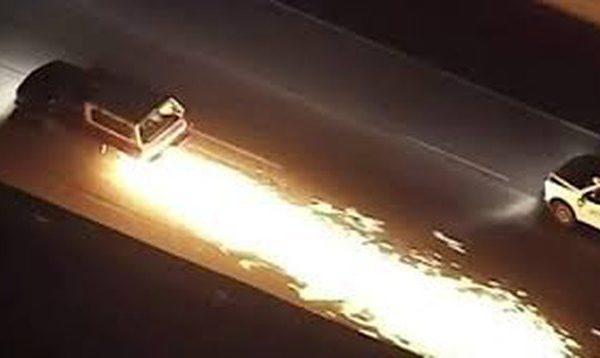 Vetura lëshon shkëndija në autostradë, shoferi me super shpejtësi për t'i shpëtuar policisë (VIDEO)