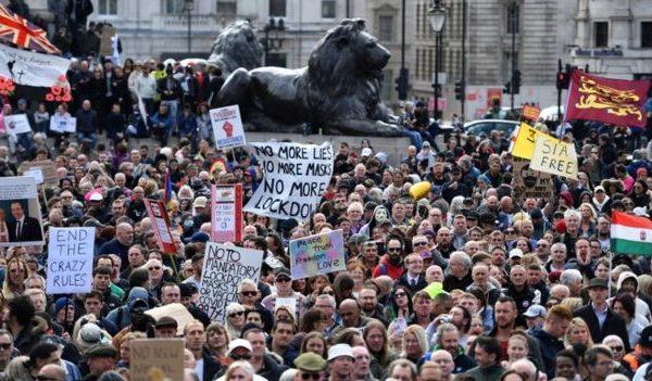 Me mijëra protestues dolën në rrugët e Londrës kundër kufizimeve të qeverisë për Covid-19