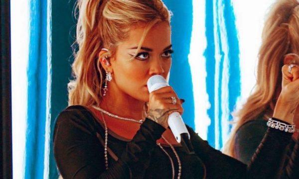 Rita Ora merr vëmendje me dekoltenë e hapur