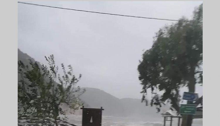 Fenomeni i çuditshëm, bregu i detit në Greqi mbushet me shkumë