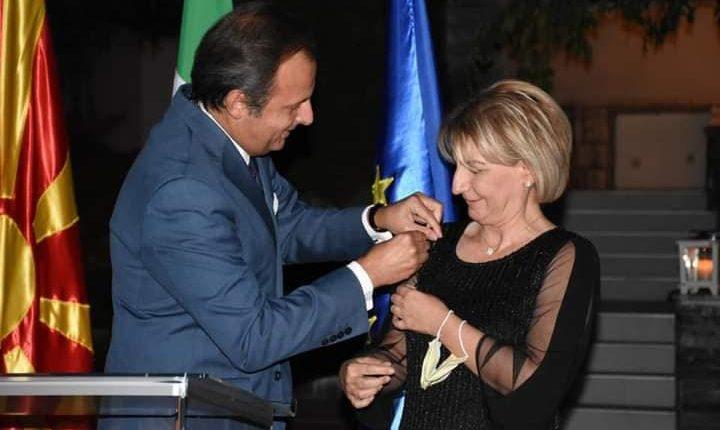 """Kryetarja e Tetovës, Teuta Arifi është dekoruar me """"Urdhrin e Yllit të Italisë"""""""