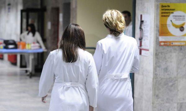 Doktoreshat punojnë më shumë se doktorët ndonëse paguhen më pak, thotë studimi