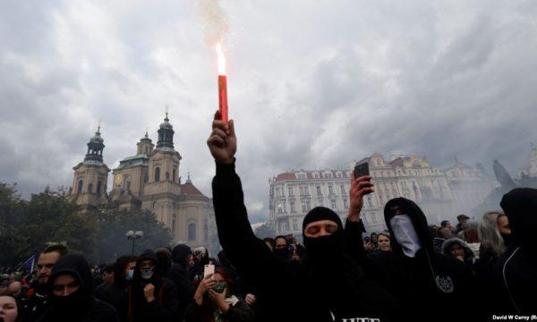 Përleshje mes protestuesve dhe policisë në Pragë për masat kundër COVID-19