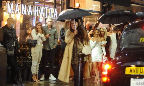 Festat s'kanë fund, stuhia dhe koronavirusi nuk largon të rinjtë britanikë nga klubet e natës (FOTO)