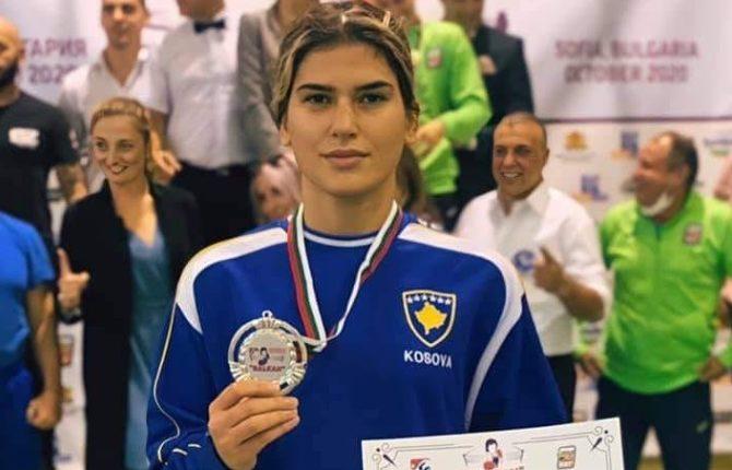 Boksierja Donjeta Sadiku fiton medalje të argjendtë në Sofje