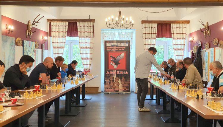 """Klubi i Shahut """"Arbëria"""" nga Vjena organizoi turne në shah me Mjeshtrin e Madh të shahut Rainer Buhmann"""