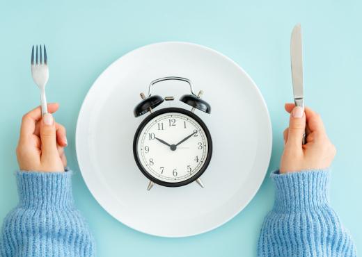 Koha e duhur për të ngrënë mëngjesin, drekën dhe darkën për ata që duan të humbin peshë