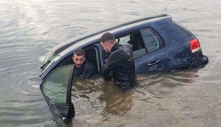 Pamje nga aksioni i nxjerrjes së veturës që ra në Liqenin Artificial në Mitrovicë (FOTO)