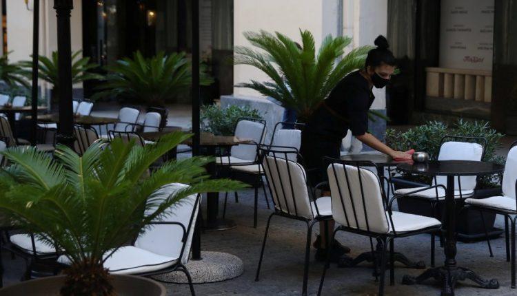 Greqia izolohet për një muaj, mbyll kafenetë dhe restorantet