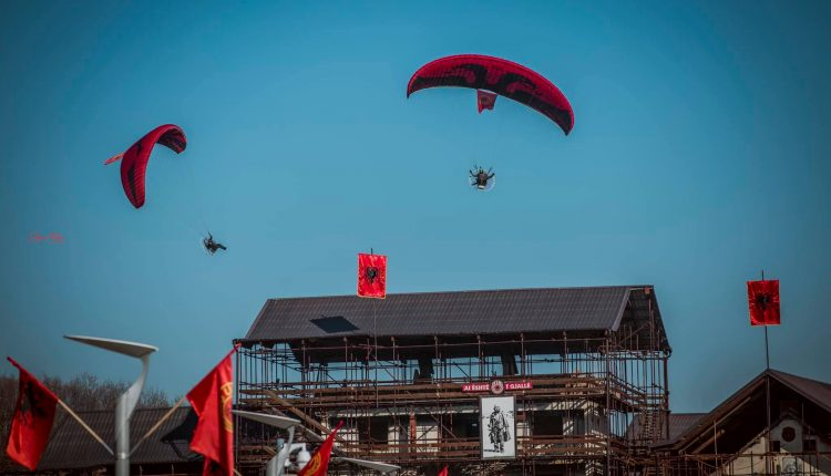 """""""Shqiponjat"""" fluturojnë mbi Kullën e Jasharëve për 28 Nëntor (FOTO)"""