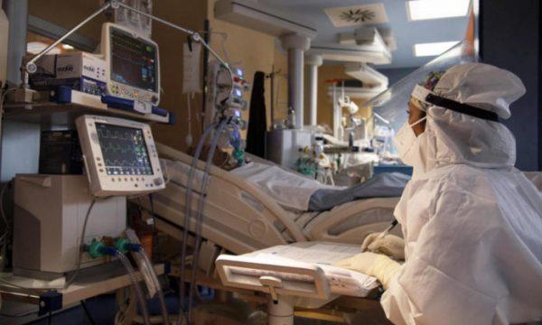 Infermierja dhe mjeku kryejnë marrëdhënie seksuale në spitalin për Covid