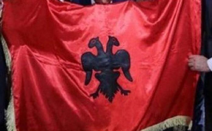 Nipi zbulon flamurin origjinal personal të Isa Boletinit: Që e ka ngritur me 30 qershor 1912 (VIDEO)