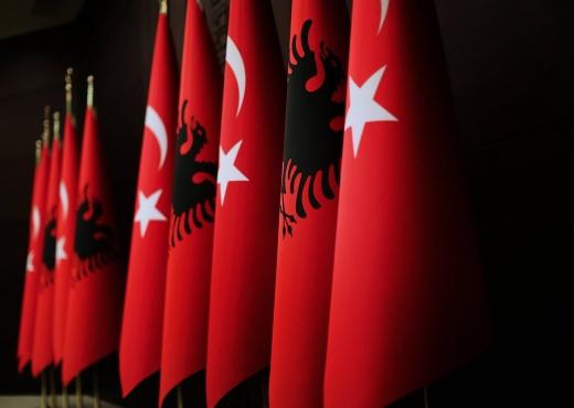 Ministri i jashtëm i Turqisë i uron shqiptarëve në gjuhën shqipe 28 nëntorin