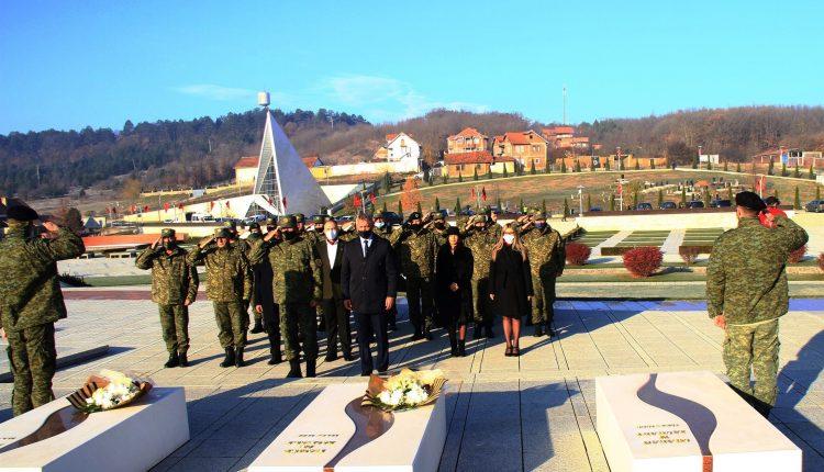 Ministri Quni dhe gjeneral Rama bënë nderime në Kompleksin Memorial në Prekaz