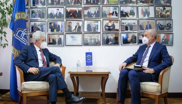 Ali Ahmeti pret ambasadorin e BE-së, Dejvid Gir: Meritojmë nisjen e negociatave