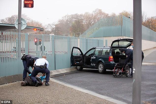Frikë në Berlin, makina përplaset tek zyra e Angela Merkel