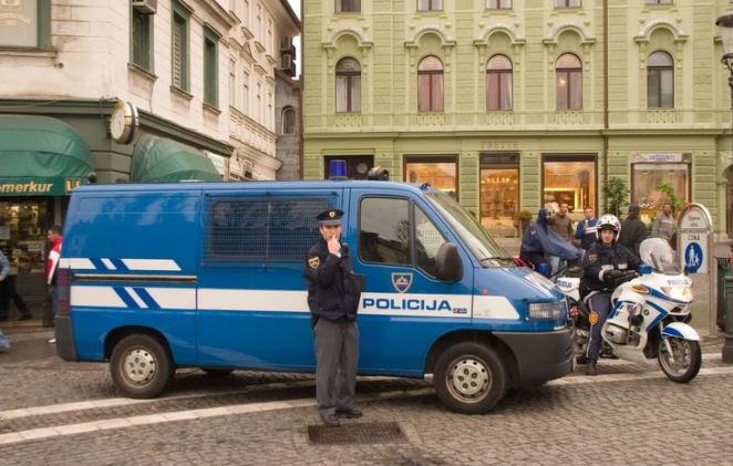Tmerr në Slloveni, djali mbajti nënën e vdekur për 6 vite në banesë, që ta gëzojë pensionin e saj