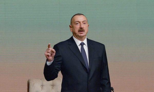 Aliyev ironizon me Francën nga Karabaku: Le t'ia japë Marsejën Armenisë!