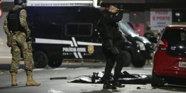 30 burra të armatosur grabisin një bankë, operacion i stilit ushtarak