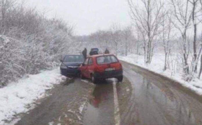 Aksident i pazakonshëm: Nusja dhe vjehrri ndeshen me vetura!