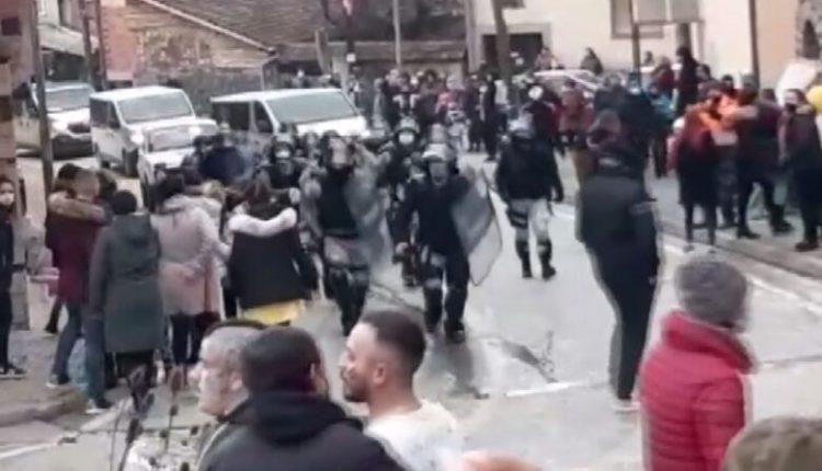 Vevçani organizon karnavalet, policia ndërhyn për të shpërndarë turmën dhe arreston disa persona