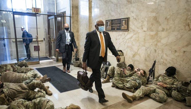 Qindra trupa të Gardës Kombëtare flenë në hollin e Kongresit me armë në duar (FOTO)