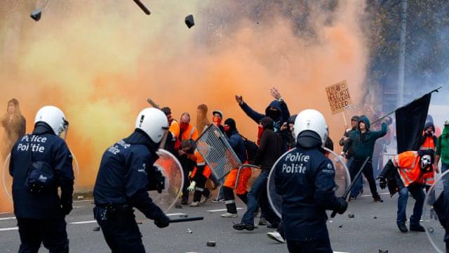 Kaos në Bruksel, protestuesit i venë zjarrin stacionit të policisë