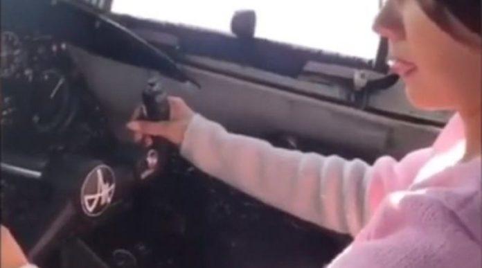 Piloti e lë të dashurën ti japë aeroplanit të mbushur me plot pasagjerë (VIDEO)