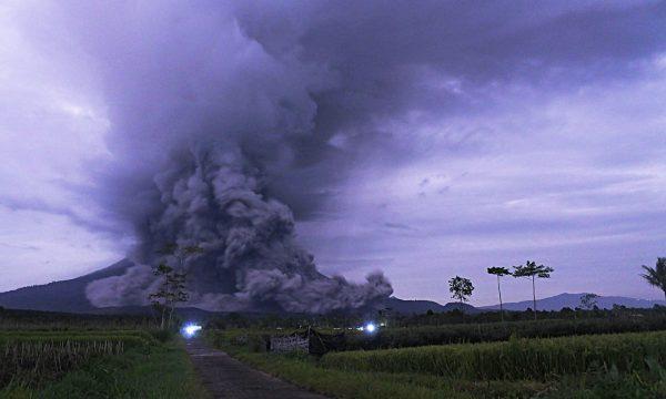 Shpërthen vullkani, gjithçka mbulohet nga hiri