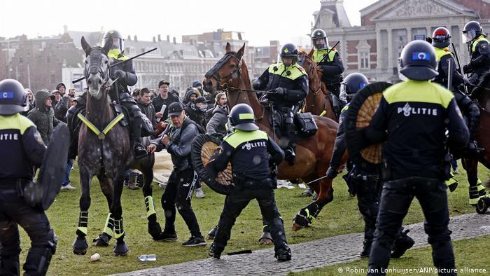 Mijëra qytetarë holandez në protestë kundër bllokimit kombëtar