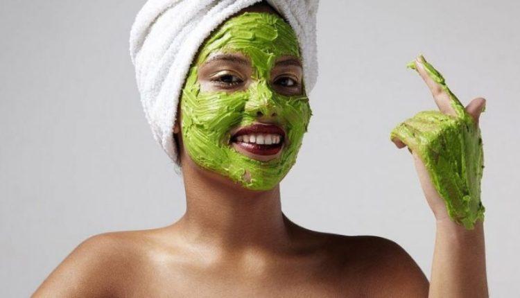 Maska me avokado mbron nga të ftohtit