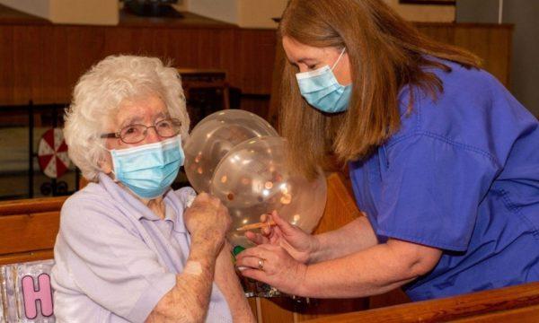 Jetoi dy luftëra botërore dhe gripin spanjoll, 108-vjeçarja merr vaksinën kundër COVID-19
