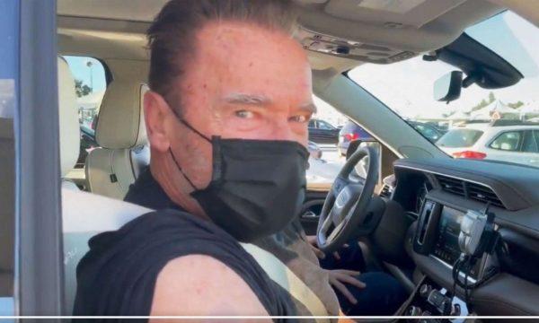 Arnold Schwarzenegger merr vaksinën antiCOVID