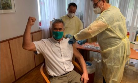 Mjeku strugan jep vaksinën e parë në qytetin austriak