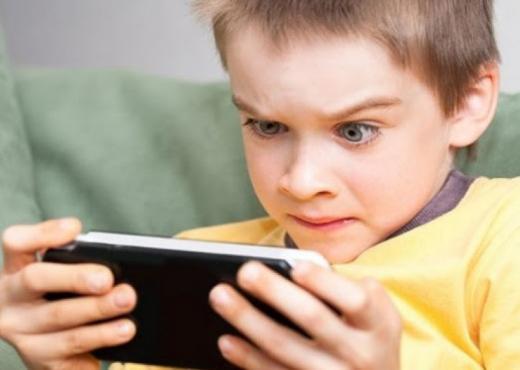 Kur është mosha e duhur që prindërit t'u blejnë fëmijëve një celular?