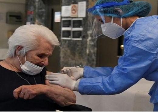 Të mbijetuarit e Holokaustit vaksinohen kundër COVID-19