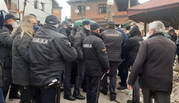 Qindra polic në tentim të ndalimit të 'Karnevalit të Vevçanit', banorët i presin me fyerje e sharje ( VIDEO)