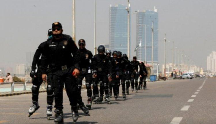 Pakistan, policët patrullojnë me patina me rrota (VIDEO)