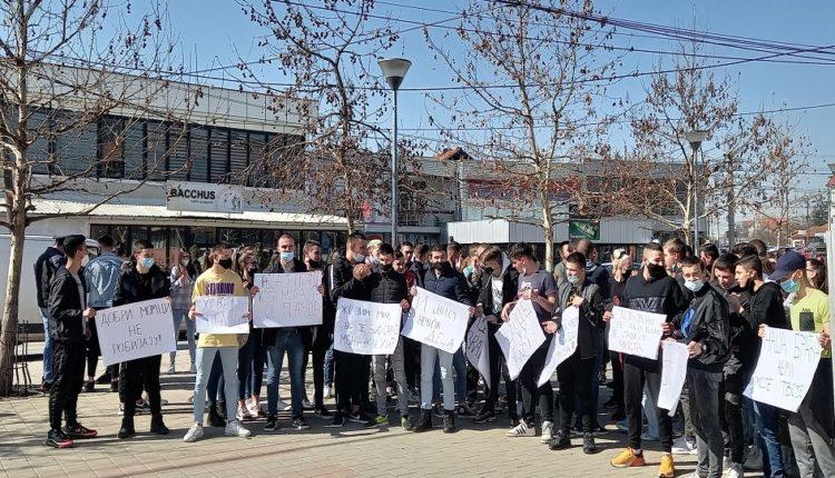 Nxënësit në Graçanicë protestojnë për të mbështetur të dyshuarit e sulmit të djalit të Rashiqit