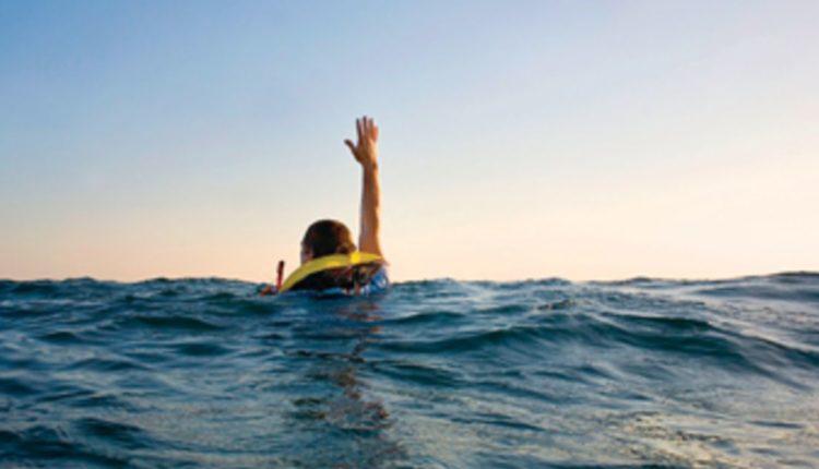 Bie nga anija, inxhinieri mbijeton për 6 orë në oqean duke…