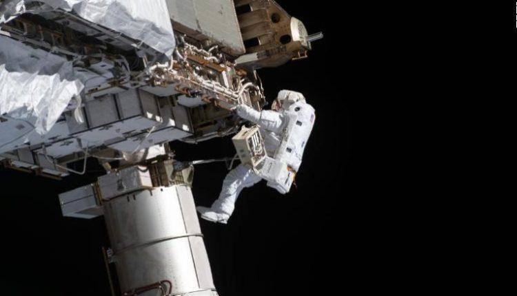 Astronautët amerikanë zhvilluan një shëtitje në hapësirë (VIDEO)