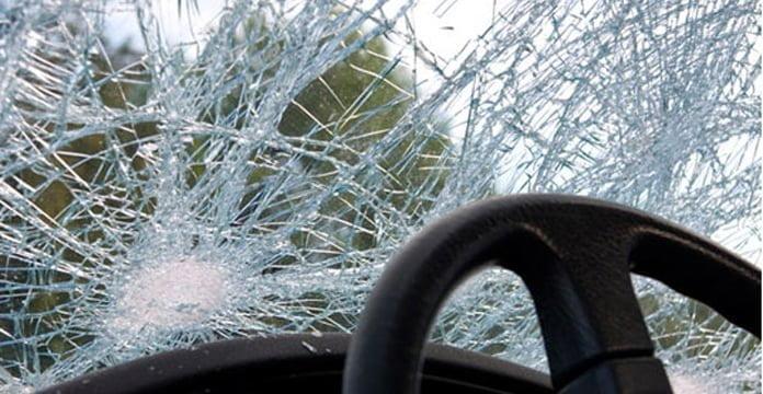 """""""Benz-i"""" del nga rruga dhe përfundon në ferra (FOTO)"""