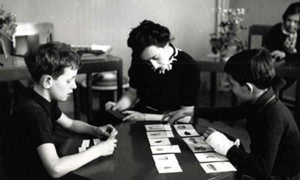 Historia e Maria Montessorit, një mësuese që dha djalin e saj për të mësuar fëmijët e botës