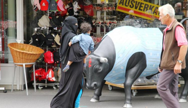 Zvicra miratoi ndalesën për burkën në të gjithë vendin