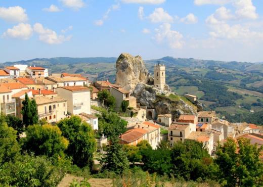 Ky fshat në Itali ofron akomodim falas për turistët, arsyeja do t'ju habisë