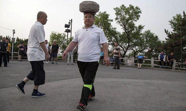 Humbi peshë duke ecur me një gur 40 kg mbi kokë