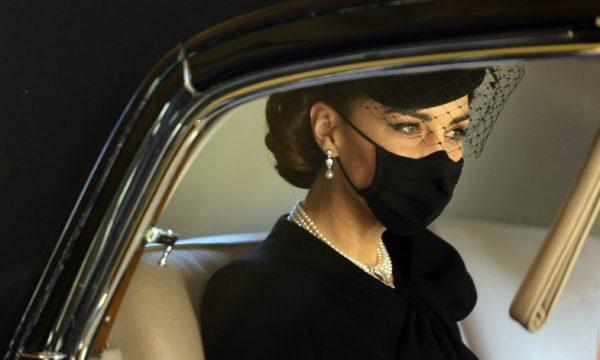 Çfarë fshihet pas varëses me perla të Kate Middleton në funeralin e Princ Philip?