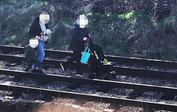 Çmenduri: Dy gra shihen duke ecur me fëmijë e karrocë në hekurudhë aktive